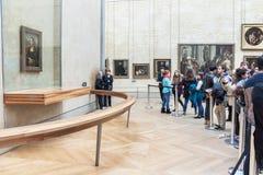 """De mensen bekijken van """"Mona LisaÂ"""" van Leonardo da Vinci Stock Fotografie"""