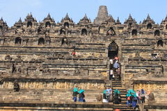De mensen beklimmen Ladder Borobudur Royalty-vrije Stock Foto's