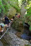 De mensen beklimmen in Slowaaks Paradijs royalty-vrije stock foto