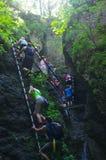 De mensen beklimmen in Slowaaks Paradijs stock foto's