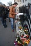 De mensen in Belgrado betalen hulde aan de slachtoffers in Parijs Stock Foto