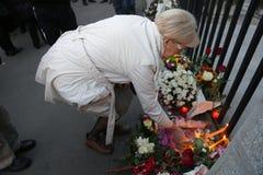De mensen in Belgrado betalen hulde aan de slachtoffers in Parijs Stock Fotografie