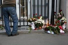 De mensen in Belgrado betalen hulde aan de slachtoffers in Parijs Royalty-vrije Stock Afbeeldingen