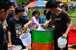 De mensen bereiden koud water voor het vieren Songkran (Thais nieuw jaar/water festival) voor Stock Foto's