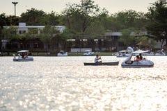 De mensen berijden eendboot bij openbare parknaam Suan Luang Rama IX op zonsondergangtijd Bangkok, Thailan royalty-vrije stock foto's
