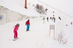 De mensen berijden op de snow-covered hellingen van de skitoevlucht Dombai Stock Foto