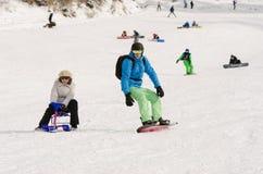 De mensen berijden op de snow-covered hellingen van de skitoevlucht Dombai Royalty-vrije Stock Afbeelding