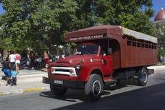 De mensen berijden vrachtwagenbussen (camion) in Holguin Royalty-vrije Stock Foto's