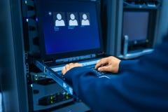De mensen bevestigen servernetwerk in gegevensruimte Royalty-vrije Stock Afbeeldingen