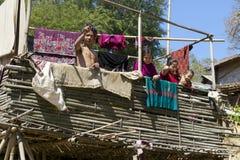 De mensen bevinden zich bij het Marma-huis van de heuvelstam, Bandarban, Bangladesh stock afbeeldingen