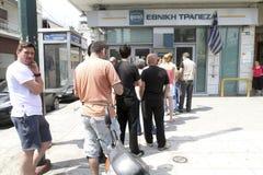 De mensen bevinden zich in een rij om ATMs van een bank te gebruiken royalty-vrije stock foto's