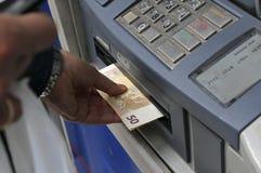 De mensen bevinden zich in een rij om ATMs van een bank te gebruiken stock foto's