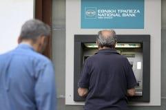 De mensen bevinden zich in een rij om ATMs van een bank te gebruiken royalty-vrije stock foto