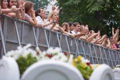 De mensen bevinden zich en juichen bij omheining toe bij overleg Stock Foto's