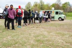 De mensen bevinden zich in Lange Lijn van Voedselvrachtwagen Opdracht te geven tot royalty-vrije stock fotografie