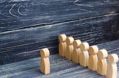 De mensen bevinden zich in lijn bij de briefing en wachten op orden De houten cijfers van mensen wachten in lijn Concept zaken, l stock foto