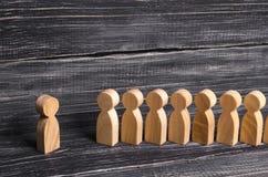 De mensen bevinden zich in lijn bij de briefing en wachten op orden De houten cijfers van mensen wachten in lijn Concept zaken, l Royalty-vrije Stock Afbeeldingen