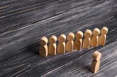 De mensen bevinden zich in lijn bij de briefing en wachten op orden De houten cijfers van mensen wachten in lijn Concept zaken, l Royalty-vrije Stock Foto's