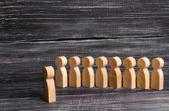 De mensen bevinden zich in lijn bij de briefing en wachten op orden De houten cijfers van mensen wachten in lijn Concept zaken, l Stock Afbeelding
