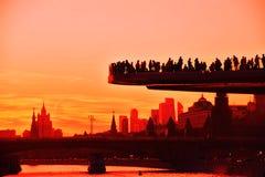 De mensen bevinden zich op een glasbrug in Zaryadye-park in Moskou Populair oriëntatiepunt stock foto's