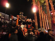 De mensen bevinden zich op het hoogste standbeeld van Willie Mays bij nacht Royalty-vrije Stock Afbeelding