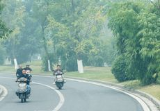 De mensen bewegen zich op de motorfietsen Stock Afbeeldingen