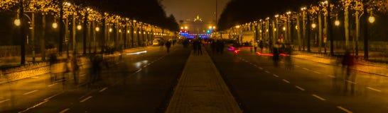 De mensen bewegen zich in Strasse des 17 juni bij nacht Stock Afbeeldingen