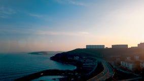 De mensen bewonderen het zeegezicht met schepen Stille Baai, Vladivostok stock video