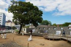 De mensen bezoeken Aapravasi Ghat, het historische koloniale gebouw van het Immigratiedepot complex in Haven Louis, Mauritius stock foto
