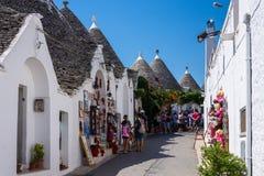 De mensen bezoeken Alberobello, Italië Alberobello en zijn trullihous royalty-vrije stock foto