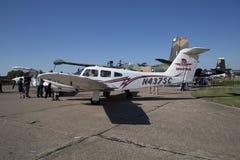 De mensen bezoeken CAF WO.II AIR TONEN Dallas Executive Airport stock fotografie