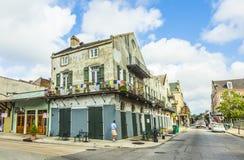 De mensen bezoeken de historische bouw in het Franse Kwart Royalty-vrije Stock Afbeelding