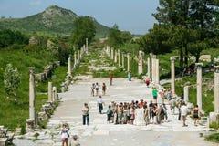 De mensen bezoeken dichtbij promenade amphitheatre in Ephesus Ancie Stock Foto's