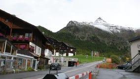 De mensen bezoeken en het spelen de ski bij otztal alpen in Schnals-stad in Bolzano, Oostenrijk stock footage