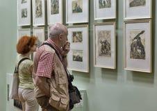 De mensen bezoeken Eugene Kibrik-kunstmuseum in Voznesensk, de Oekraïne Royalty-vrije Stock Afbeelding