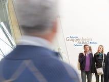 De mensen bezoeken Guggenheim Museum Bilbao in Europa. Stock Afbeelding