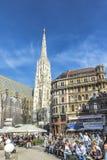 De mensen bezoeken Heilige Stephen' s Kathedraal bouwde 1147 in Royalty-vrije Stock Foto