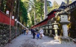 De mensen bezoeken het Futarasan-Heiligdomheiligdom in Nikko, Japan Stock Foto's