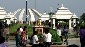 De mensen bezoeken het Graf van MGR ` s in Chennai MGR was een populaire acteur, een filmproducent en een Belangrijkste Minister stock footage