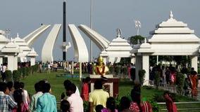 De mensen bezoeken het Graf van MGR ` s in Chennai MGR was een populaire acteur, een filmproducent en een Belangrijkste Minister stock video
