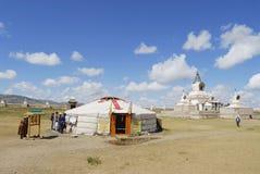 De mensen bezoeken het klooster van Erdene Zuu in Kharkhorin, Mongolië royalty-vrije stock afbeeldingen