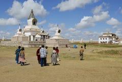 De mensen bezoeken het klooster van Erdene Zuu in Kharkhorin, Mongolië royalty-vrije stock fotografie