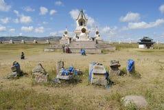 De mensen bezoeken het klooster van Erdene Zuu in Kharkhorin, Mongolië stock afbeelding