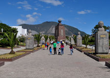 De mensen bezoeken het Midden van het wereldmonument in Quito, Ecuador Stock Foto's