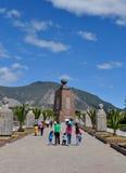 De mensen bezoeken het Midden van het wereldmonument in Quito, Ecuador Royalty-vrije Stock Foto