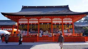 De mensen bezoeken het Takayama-heiligdom in Takayama Stock Foto's
