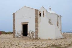 De mensen bezoeken kerk van Onze Dame van Gunst op Sagres-punt in Sagres, Portugal stock foto's