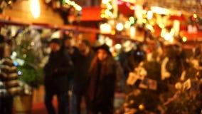 De mensen bezoeken Kerstmismarkt stock videobeelden