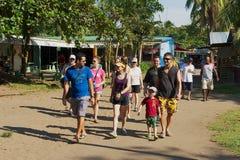 De mensen bezoeken kleine stad van Tortuguero, Costa Rica stock afbeelding