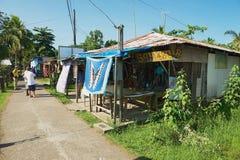 De mensen bezoeken kleine stad van Tortuguero, Costa Rica royalty-vrije stock fotografie
